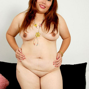 Chubby Thai girl Pla plays with her belly fat - Picture 7