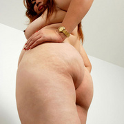 Chubby Thai girl Pla plays with her belly fat - Picture 10