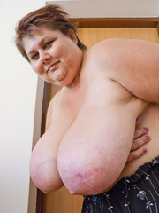 Slutty mature bitch demonstrating her huge milky farm - Picture 14