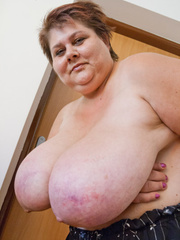 Slutty mature bitch demonstrating her huge milky farm - Picture 15