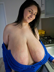 Deep d?collet? of this mature brunette can't restrain - Picture 10