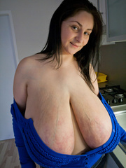Deep d?collet? of this mature brunette can't restrain - Picture 11