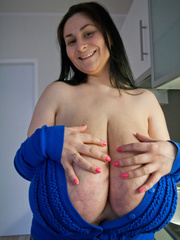 Deep d?collet? of this mature brunette can't restrain - Picture 12