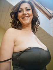 Very hot busty mature takes off her black dress and - Picture 2