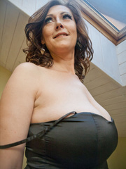 Very hot busty mature takes off her black dress and - Picture 4