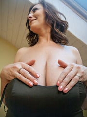 Very hot busty mature takes off her black dress and - Picture 6