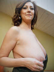 Very hot busty mature takes off her black dress and - Picture 9