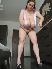 Ponytailed gipsy in high heels performing a show with - Picture 3