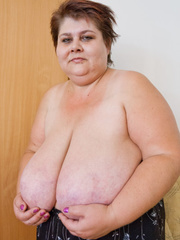 Lewd mature bbw showing off her large breasts - Picture 1