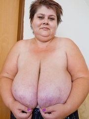 Lewd mature bbw showing off her large breasts - Picture 2