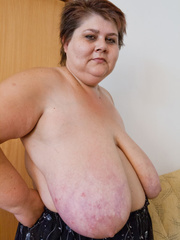 Lewd mature bbw showing off her large breasts - Picture 4