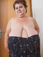 Lewd mature bbw showing off her large breasts - Picture 7