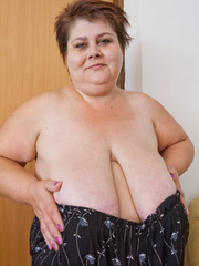 Lewd mature bbw showing off her large breasts - Picture 8