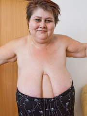 Lewd mature bbw showing off her large breasts - Picture 9