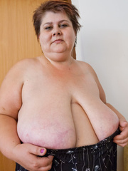 Lewd mature bbw showing off her large breasts - Picture 10
