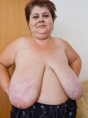 Lewd mature bbw showing off her large breasts - Picture 11
