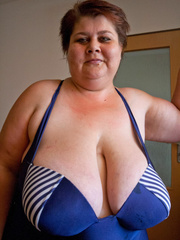 Nasty mature slut takes off her blue swimsuit to show - Picture 1