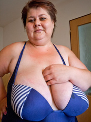 Nasty mature slut takes off her blue swimsuit to show - Picture 2