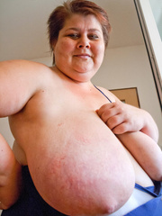 Nasty mature slut takes off her blue swimsuit to show - Picture 5