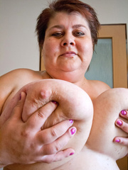 Nasty mature slut takes off her blue swimsuit to show - Picture 10