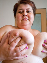 Nasty mature slut takes off her blue swimsuit to show - Picture 11