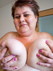 Nasty mature slut takes off her blue swimsuit to show - Picture 12