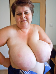 Nasty mature slut takes off her blue swimsuit to show - Picture 13
