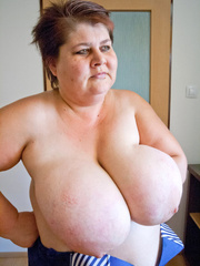 Nasty mature slut takes off her blue swimsuit to show - Picture 14