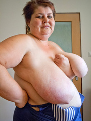 Nasty mature slut takes off her blue swimsuit to show - Picture 15