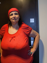Funny mature bitch in a red T-shirt and hat with large - Picture 1