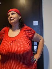 Funny mature bitch in a red T-shirt and hat with large - Picture 2