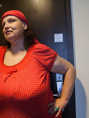 Funny mature bitch in a red T-shirt and hat with large - Picture 3