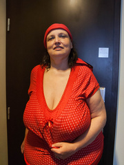 Funny mature bitch in a red T-shirt and hat with large - Picture 7