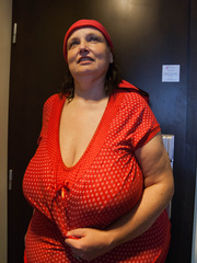 Funny mature bitch in a red T-shirt and hat with large - Picture 8
