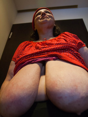 Funny mature bitch in a red T-shirt and hat with large - Picture 13