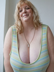 Mischievous blonde MILF in a striped dress wants a good - Picture 5