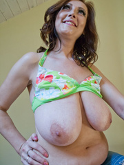 Attractive mom in floral bikini trying to seduce you - Picture 13