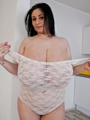 Busty brunette slut takes off her white lace body to - Picture 6
