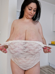 Busty brunette slut takes off her white lace body to - Picture 7