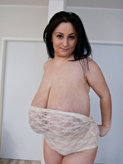 Busty brunette slut takes off her white lace body to - Picture 9