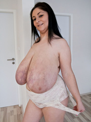 Busty brunette slut takes off her white lace body to - Picture 13