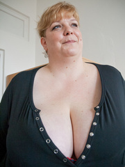 Blonde fatty in a red bra takes out her enormous boobs - Picture 1