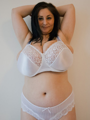 Big-titted brunette gipsy takes off her white lace - Picture 1