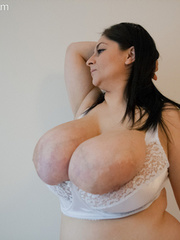 Big-titted brunette gipsy takes off her white lace - Picture 10