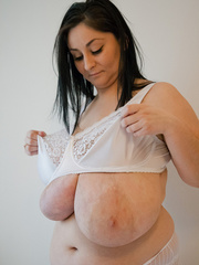 Big-titted brunette gipsy takes off her white lace - Picture 12
