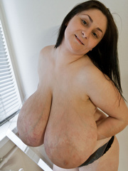 Brunette mature slut with macromastia posing topless - Picture 3