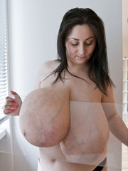 Brunette mature slut with macromastia posing topless - Picture 7