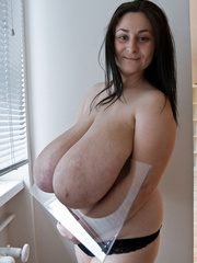 Brunette mature slut with macromastia posing topless - Picture 12