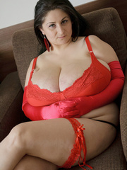 Brunette plump chick in sexy red lingerie and glove - Picture 4