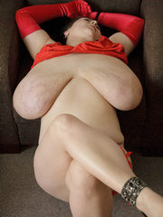 Brunette plump chick in sexy red lingerie and glove - Picture 10